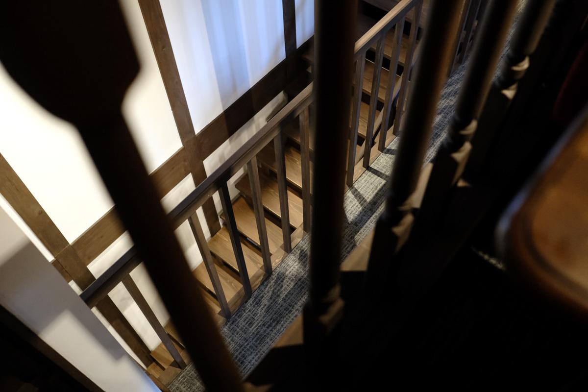 階段を登り上の階へ